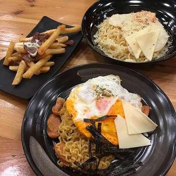 Finally had a chance to visit this restaurant~ it's pretty good but doesn't have space to park the cars.. 😅 #dinner #yummy #food #ramyun #koreanfood #carbonarabuldakbookummyun #chesseramyun #baboramyun