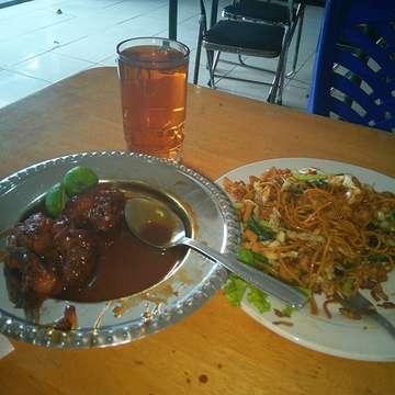 Chinese for lunch. Ayam goreng mentega & mie goreng. #lunch #otistajaya