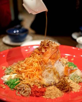 Have you prepare yourself for this upcoming CNY Celebration? For me, one of the iconic tradition is to have this Yu Sheng (Prosperity Toss) with your family or closest ones. One of my recommendation is this Yu Sheng at @jia.dining @shangrilajkt and not only for the prosperity toss, you could also celebrate your CNY with their special set menu.  So make sure that you have reserve your seat, and lets prepare to welcome another great year together! #jiadining #shangrilajkt #takemetojia #yusheng #CNYmenu