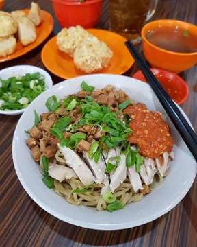 Chicken & Pork Rubbery Noodle with Fried Pork Balls  #bakmi #bakmikaret #bakmihalus #bakmijakarta #noodle #noodlepics #noodlegram #noodleporn #porknoodle #chickennoodle #jakartafooddestination #jakartaculinary #indonesianramen #indonesiannoodle #indonesianculinary #instafood #foodgram #foodgasm #foodporn #foodpics #nomnomnom #foodism #foodies