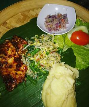 This tuna steak with balinese spice is so delicious 😋😋😋 @kubukubali #organicrestaurant #pemuteran #northbali #tunasteak #mashpotato #diner #gadv #javatokuta #18tothirtysomething
