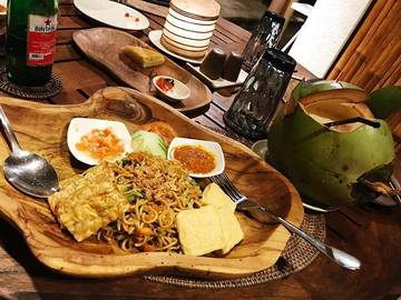??this!!!! #favoritemeal ? . . #miegoreng #noodlelover #indomie #sambal# #pinacolada #typicalindonesian #tofu #instafood #food #foodstagram #photooftheday #foodphotography #bintang #dinnertime #cocktails #balifood