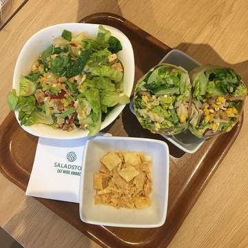 Customized Salad Wrap for le bf and TingTong Bowl for me!  It was the second time for me ordering TingTong because I love the combinations with thai sauce 🤗 ah! If you ordered salad bowl, you can choose side dish: tempeh, crispy crackers or crispy stick.  I asked them to change the mango for egg and crushed peanuts for potatoes.💕 Ratings: 4/5 #GatsFoodDiary — #salad #saladstop #thaisauce #thaisalad #romaine #potatoes #boiledeggs #oliveoil #vermicelli #crushedpeanutes #crispycracker #tempecracker #saladwrap #saladwrap #makansalad #eatclean #strongnotskinny #freshsalad