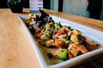Let me just say what we're all thinking - that row of #tunatataki nachos is MESSED UP! #notsostraight #messedup But they are my favorite @tygrsushi they have #alittlekick FYI - Ahi tuna in #canggulife is A-Ok #noissues I eat #ahituna almost everyday. #nobalibelly #balilife #bali #atx #htx #atxblogger #thespinningwheelsite