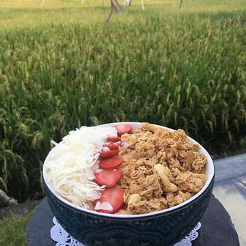 Fresh fruit bowl with a side of rice paddie #canguu #cloud9 #bali #ricepaddies #ricefields #coconutflakes #strawberries
