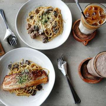 Throwback to one fine saturday brunch😋 . . . Port Five Six 📍 Gading serpong 🍝 Beef and mushroom 68k 🍝 Pork belly aglio olio 80k ☕ Coffee latte 32k ☕ Nutella shake 34k