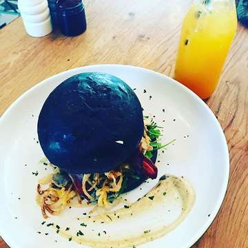 Undisputed ❣️ voted best burger in bali then just took out best burger on earth 🌏 charcoal breakfast burger with bacon & egg and aioli truffled garlic mushrooms #luxury #bali #best #burger #taste #devine #favourite #restaurant
