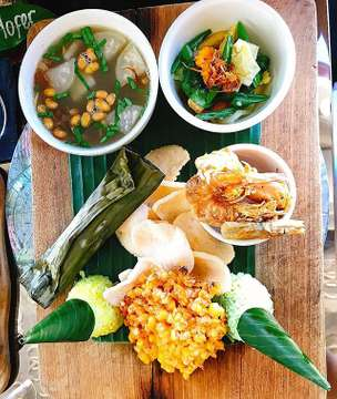 #cute #lunchset #balinesecuisine #experiment #เหมือนจะเล็กแต่ไม่เล็ก #อิ่ม #150บาท #คือดีย์ #sambal #jemme #restaurant #bali #seminyak #indonesia #holiday #trip #scouting #veggies #shrimp  #beefsoup #cornfritters #green #yellow #rice #fish #herbs #bananaleaves #fishcrackers