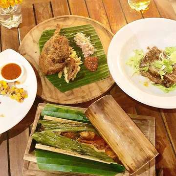 Balinese dinner is a whole lot of flavor and yumminess! @balicardamon 🙌🏻 #balinesefood #wheninbali #deliciousindonesia #baliindonesia #balieats #elikesfood #bebekbengil  #elikestravel #wanderluster #wanderlustbali #wanderlustindonesia #travelgram #foodporn #instafood #itsmylife #itsmylifestyle #itsmyworld #itsalifestyle #workhardeathard #workhardtravelhard #workhardplayhard 🇮🇩🇮🇩🇮🇩