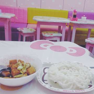 Kitty cafe with indonesian food 😋